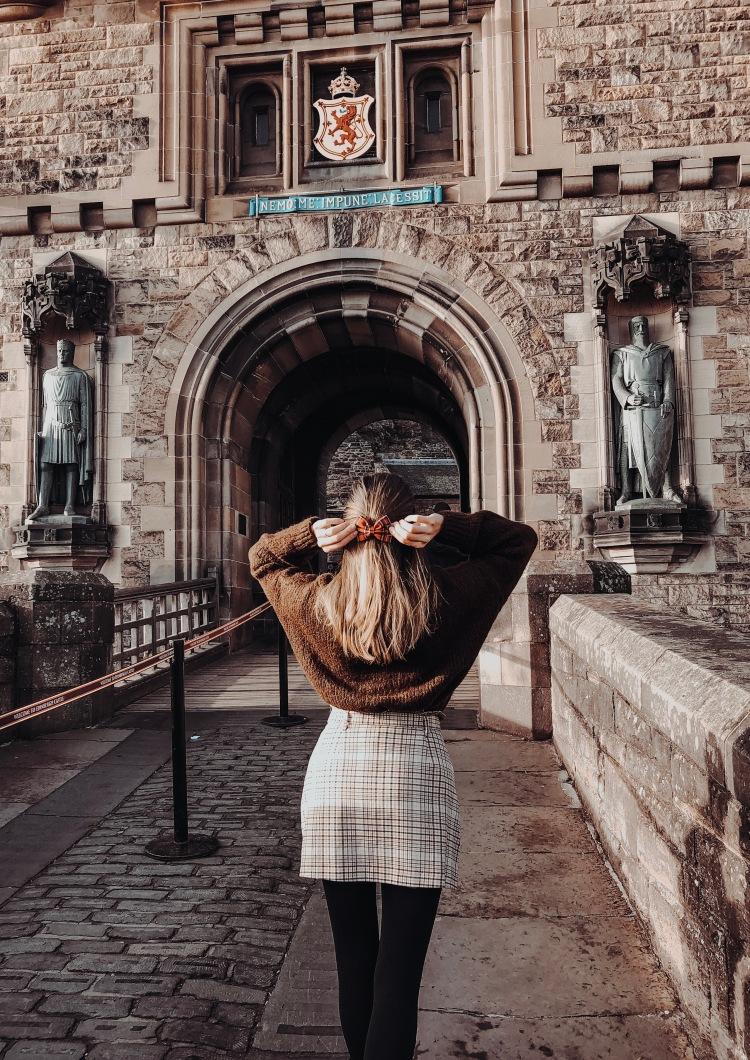 walking to edinburgh castle bow in hair
