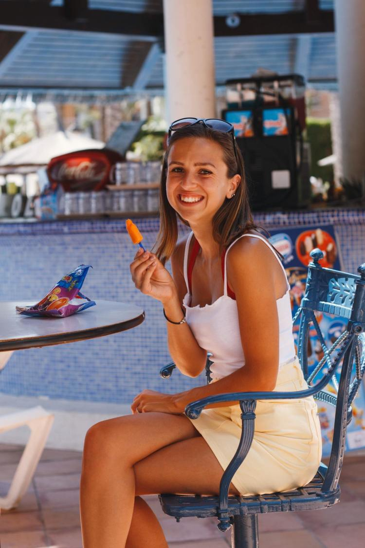 girl outside pool bar of sol pelicanos benidorm melia